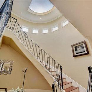 ヒューストンのサンタフェスタイルのおしゃれな階段の写真