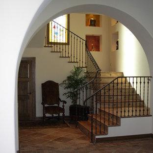 オースティンの大きいタイルの地中海スタイルのおしゃれなかね折れ階段 (タイルの蹴込み板) の写真