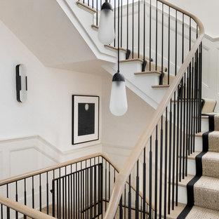 Ejemplo de escalera en U, tradicional renovada, grande, con escalones enmoquetados, contrahuellas enmoquetadas y barandilla de varios materiales