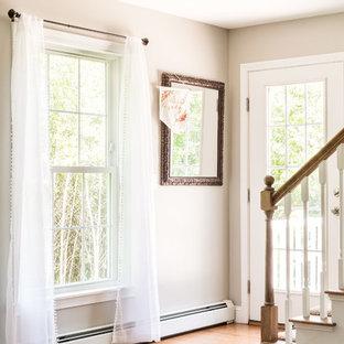 ポートランド(メイン)のカーペット敷きのシャビーシック調のおしゃれなかね折れ階段 (カーペット張りの蹴込み板、木材の手すり) の写真