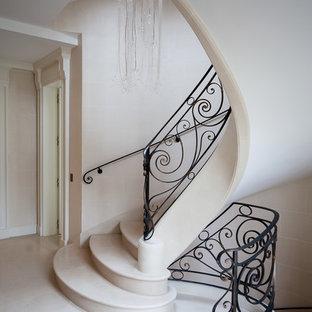 Imagen de escalera curva, tradicional renovada, grande, con escalones de hormigón