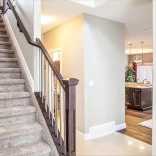 Modelo de escalera recta, de tamaño medio, con escalones enmoquetados y contrahuellas con baldosas y/o azulejos