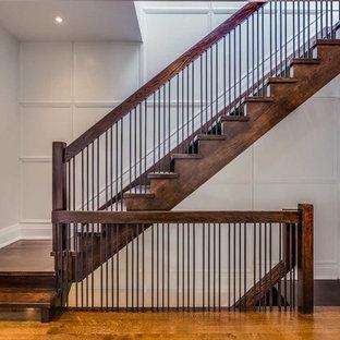 """Esempio di una scala a """"L"""" tradizionale di medie dimensioni con pedata in legno e alzata in legno"""