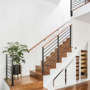 Ejemplo de escalera en L, clásica renovada, pequeña, con escalones de madera, contrahuellas de madera y barandilla de metal