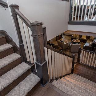 Modelo de escalera en L, clásica renovada, de tamaño medio, con escalones enmoquetados, contrahuellas de madera y barandilla de madera