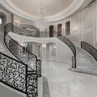 フェニックスの巨大な大理石のモダンスタイルのおしゃれなサーキュラー階段 (大理石の蹴込み板、金属の手すり) の写真