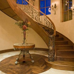Diseño de escalera suspendida, tradicional, extra grande, con escalones de madera, contrahuellas de madera y barandilla de varios materiales