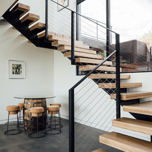 Exemple d'un escalier sans contremarche flottant moderne avec des marches en bois et un garde-corps en câble.