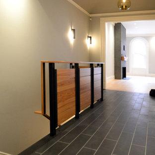 Diseño de escalera en L, minimalista, con escalones de madera y contrahuellas de madera pintada