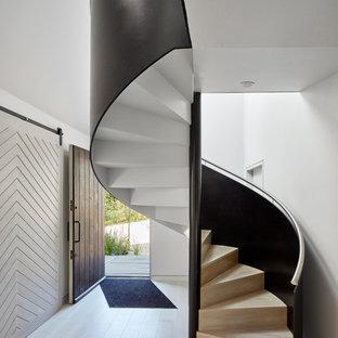 Imagen de escalera de caracol, marinera, con escalones de madera y contrahuellas de madera