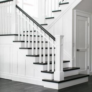 Свежая идея для дизайна: п-образная лестница среднего размера в морском стиле с деревянными ступенями и крашенными деревянными подступенками - отличное фото интерьера