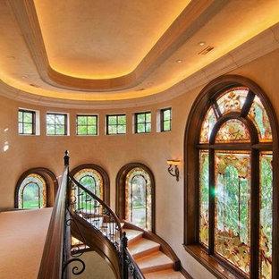 Diseño de escalera curva, rústica, grande, con escalones con baldosas y contrahuellas con baldosas y/o azulejos