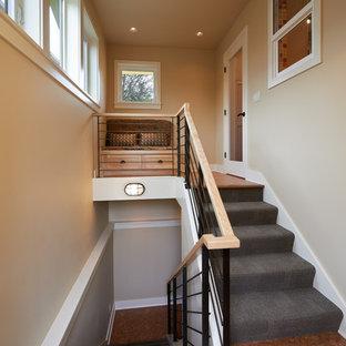 Diseño de escalera en U, de estilo americano, de tamaño medio, con escalones enmoquetados, contrahuellas enmoquetadas y barandilla de varios materiales
