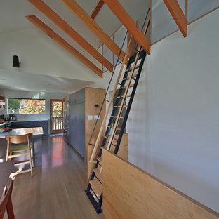 シアトルの小さい木のコンテンポラリースタイルのおしゃれな直階段 (金属の手すり) の写真
