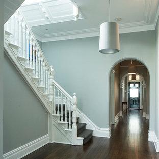 メルボルンのカーペット敷きのトラディショナルスタイルのおしゃれな折り返し階段 (カーペット張りの蹴込み板) の写真