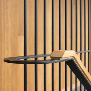 Modelo de escalera actual con barandilla de varios materiales