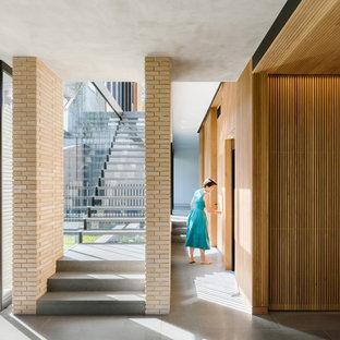 Ispirazione per una scala sospesa moderna di medie dimensioni con pedata in marmo, nessuna alzata e parapetto in vetro