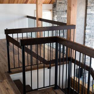 Foto de escalera suspendida, contemporánea, con escalones de madera, contrahuellas de metal y barandilla de varios materiales