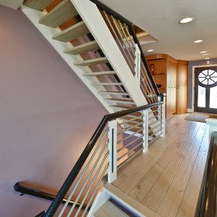 Modelo de escalera en L, de estilo americano, de tamaño medio, sin contrahuella, con escalones de madera y barandilla de metal