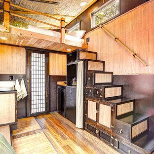 Imagen de escalera recta, de estilo zen, pequeña, con escalones de madera