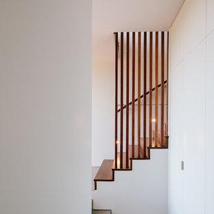 他の地域の中くらいの木のモダンスタイルのおしゃれな直階段 (木の蹴込み板、木材の手すり) の写真