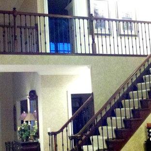 Diseño de escalera recta, minimalista, grande, con escalones enmoquetados y contrahuellas enmoquetadas