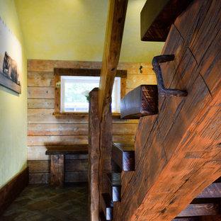 Ejemplo de escalera en L, de estilo americano, pequeña, sin contrahuella, con escalones de madera y barandilla de madera