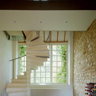 Ispirazione per una scala a chiocciola minimal di medie dimensioni con pedata in cemento, alzata in cemento e parapetto in metallo