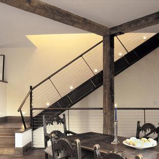 Modelo de escalera suspendida, de estilo de casa de campo, con escalones de madera y contrahuellas de madera