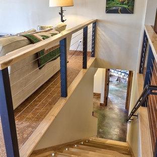 Foto de escalera recta, de estilo americano, de tamaño medio, con escalones de madera, contrahuellas de madera y barandilla de metal