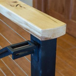 Ejemplo de escalera recta, de estilo americano, de tamaño medio, con escalones de madera, contrahuellas de madera y barandilla de metal