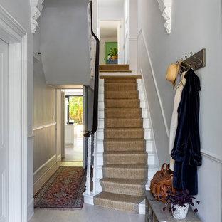 Diseño de escalera en U, clásica renovada, de tamaño medio, con escalones de madera, contrahuellas de madera y barandilla de madera