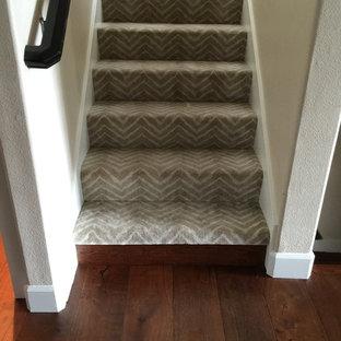 ポートランドの中くらいのカーペット敷きのシャビーシック調のおしゃれな直階段 (カーペット張りの蹴込み板) の写真