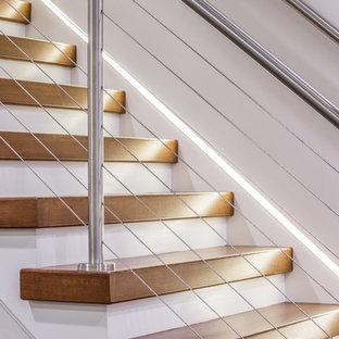 Пример оригинального дизайна: прямая лестница среднего размера в стиле модернизм с деревянными ступенями и крашенными деревянными подступенками