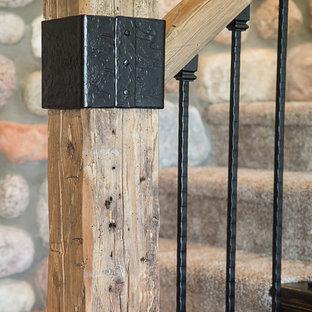 Imagen de escalera en L, rural, de tamaño medio, con escalones enmoquetados y contrahuellas enmoquetadas