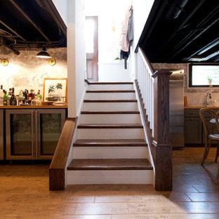 Стильный дизайн: угловая лестница среднего размера в стиле кантри с деревянными ступенями, деревянными подступенками, деревянными перилами и обоями на стенах - последний тренд
