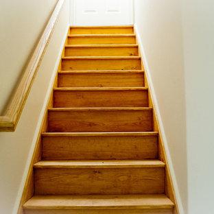 На фото: с невысоким бюджетом прямые лестницы среднего размера в стиле современная классика с деревянными ступенями и деревянными подступенками