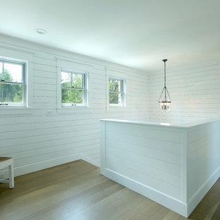 Foto de escalera en U, campestre, pequeña, con escalones de madera, contrahuellas de madera pintada y barandilla de madera