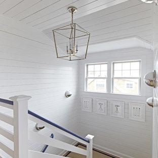 """Idee per una scala a """"U"""" costiera di medie dimensioni con pedata in legno e alzata in legno verniciato"""