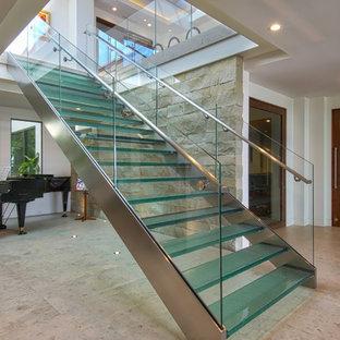 Ejemplo de escalera recta, contemporánea, grande, sin contrahuella, con escalones de vidrio y barandilla de vidrio