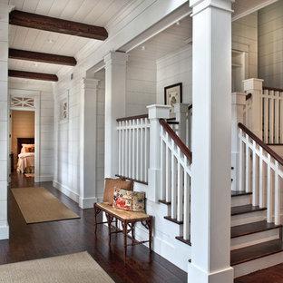 アトランタの小さい木のトラディショナルスタイルのおしゃれなかね折れ階段 (フローリングの蹴込み板) の写真