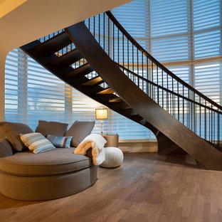 Imagen de escalera suspendida, marinera, sin contrahuella, con escalones de madera