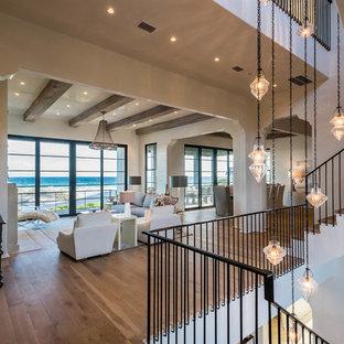 Неиссякаемый источник вдохновения для домашнего уюта: угловая лестница среднего размера в морском стиле с деревянными ступенями, крашенными деревянными подступенками и металлическими перилами