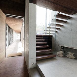 Diseño de escalera suspendida, moderna, de tamaño medio, sin contrahuella, con escalones de madera y barandilla de vidrio