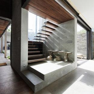 Imagen de escalera suspendida, contemporánea, de tamaño medio, sin contrahuella, con escalones de madera y barandilla de vidrio