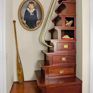 Imagen de escalera recta, marinera, pequeña, con escalones de madera y contrahuellas de madera