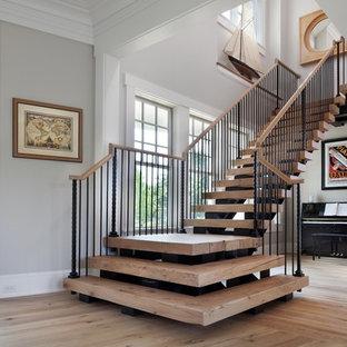 Ejemplo de escalera en L, marinera, grande, con escalones de madera y contrahuellas de madera