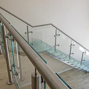 Foto di una scala sospesa stile marino di medie dimensioni con pedata in vetro, nessuna alzata e parapetto in vetro