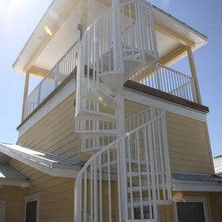 Foto di una grande scala a chiocciola costiera con pedata in metallo e nessuna alzata