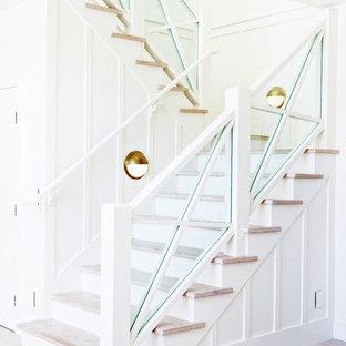 Foto de escalera en U, marinera, con escalones de madera, contrahuellas de madera pintada y barandilla de varios materiales